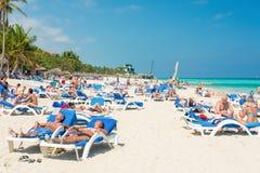 Toeristen die bij Varadero strand in Cuba zonnebaden Stock Foto