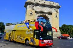 Toeristen die Boekarest bovenop pendelbus bezoeken Stock Fotografie