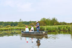 Toeristen die in boot in Briere-moeras, Frankrijk drijven Stock Afbeeldingen