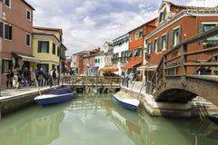 Toeristen die in Burano-stadsstraten en boten lopen in de lagune in mooie stad van Burano Stock Fotografie