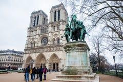 Toeristen die Charlemagne Statue en Notre Dame Cathedral bezoeken royalty-vrije stock afbeelding