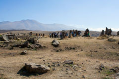 Toeristen die de aantrekkelijkheid Karahunj bezoeken armenië stock foto's