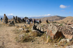 Toeristen die de aantrekkelijkheid Karahunj bezoeken armenië Royalty-vrije Stock Foto