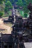 Toeristen die in de Angkor-tempel lopen Stock Foto's