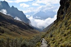 Toeristen die in de bergen wandelen stock fotografie