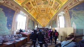 Toeristen die de beroemde Galerij van Kaarten in het Museum van Vatikaan bezoeken stock videobeelden
