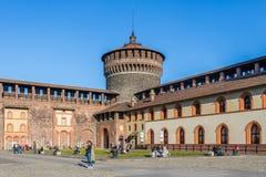 Toeristen die in de binnenbinnenplaats van Sforza-Kasteel in Milaan genieten van royalty-vrije stock fotografie