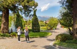 Toeristen die de Botanische Tuinen van Villa Taranto in Pallanza op meer Maggiore bezoeken Royalty-vrije Stock Foto's
