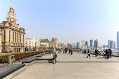 Toeristen die in de Dijk, de meest toneelvlek in Shanghai lopen Op achtergrond de beroemdste Chinese wolkenkrabbers Royalty-vrije Stock Foto's