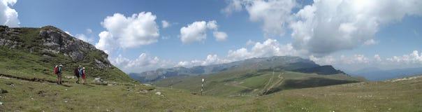 Toeristen die de gevaren van de Karpatische Bergen op zoek naar avontuur tarten royalty-vrije stock foto