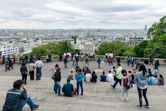 Toeristen die de horizon van Parijs van Sacre Coeur bewonderen stock afbeeldingen