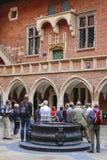Toeristen die de Jagiellonian-Universiteit bezoeken Kra Royalty-vrije Stock Fotografie