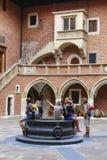 Toeristen die de Jagiellonian-Universiteit bezoeken Krakau, Polen Royalty-vrije Stock Afbeelding