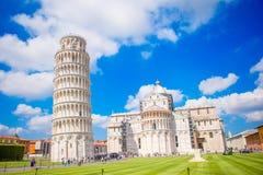 Toeristen die de leunende toren van Pisa, Italië bezoeken Stock Afbeeldingen