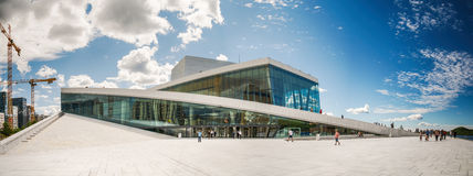 Toeristen die de Operahuis van Oslo, Noorwegen onderzoeken Stock Foto