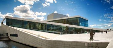 Toeristen die de Operahuis van Oslo, Noorwegen onderzoeken Royalty-vrije Stock Foto's