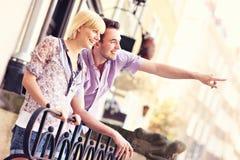 Toeristen die de Oude Stad bezienswaardigheden bezoeken Stock Afbeelding