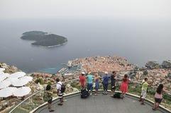 Toeristen die de Oude Stad van Dubrovnik van hierboven in Kroatië bekijken Royalty-vrije Stock Fotografie