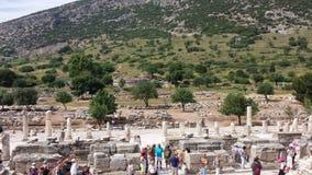 Toeristen die de oude stad van Ephesus, Turkije bezoeken Stock Foto's