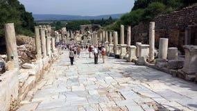 Toeristen die de oude stad van Ephesus, Turkije bezoeken Royalty-vrije Stock Afbeeldingen
