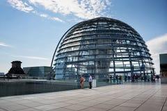 Toeristen die de Reichstag-koepel bezoeken stock afbeeldingen