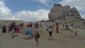 Toeristen die de Sfinx, Bucegi-bergen, Roemenië bezoeken stock footage