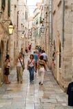 Toeristen die in de smalle stegen van Dubrovnik lopen Stock Foto