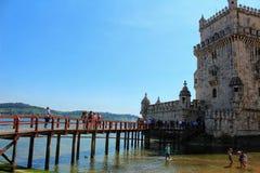 Toeristen die de Toren van Belem in Lissabon bezoeken stock foto's