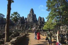 Toeristen die de weg lopen aan en van de belangrijkste tempel in Angkor Stock Afbeeldingen