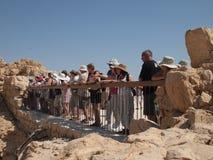 Toeristen die de woestijn van Masada Israël bekijken Stock Afbeelding