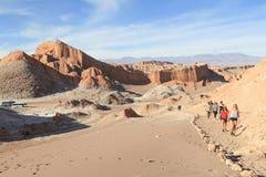 Toeristen die dichtbij maanvallei lopen, Atacama-woestijn Chili Stock Fotografie