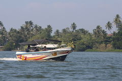 Toeristen die door de boot onderaan de Bentota-rivier lopen Stock Foto's