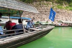 Toeristen die door kano op de Rivier Yangtze reizen royalty-vrije stock afbeelding