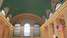 Toeristen die door overvolle Grand Central -Post in Manhattan, New York lopen stock video