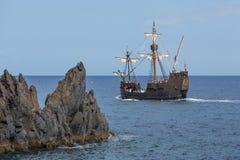 Toeristen die een cruise met een replica van schip maken Royalty-vrije Stock Foto