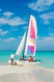 Toeristen die een kleurrijke boot inschepen bij Varadero strand in Cuba Stock Foto