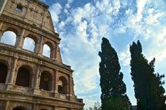 Toeristen die een middag doorbrengen in Colosseum stock afbeelding
