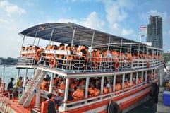 Toeristen die een sightseeingsboot, Pattaya inschepen stock foto