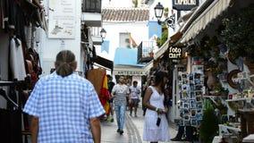Toeristen die in een typisch $c-andalusisch straatdorp lopen stock footage