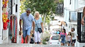 Toeristen die in een typisch $c-andalusisch straatdorp lopen stock video