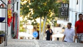 Toeristen die in een typisch straatdorp $c-andalusisch lopen bij zonsondergang stock video