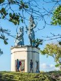 Toeristen die en Balinese standbeelden fotograferen bewonderen royalty-vrije stock afbeeldingen