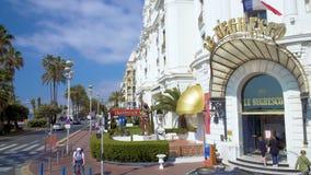 Toeristen die en foto's lopen maken dichtbij luxehotel Negresco in Nice, Frankrijk stock videobeelden