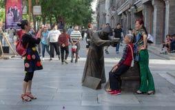 Toeristen die foto's op Qianmen-Straat nemen royalty-vrije stock afbeelding