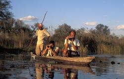 Toeristen die foto's van een Afrikaanse kano, Okavango-Delta, BO nemen royalty-vrije stock afbeeldingen