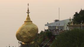 Toeristen die gouden rots bekijken stock videobeelden