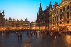 Toeristen die Grande Place, Brussel, België bezoeken stock fotografie