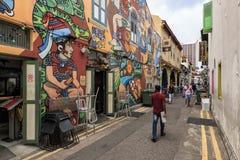 Toeristen die in Haji Lane één van de beroemdste straten in Singapore lopen stock afbeelding