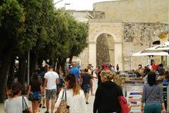 Toeristen die in het centrum van Otranto - Italië lopen Royalty-vrije Stock Afbeelding