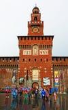 Toeristen die in het kasteel Milan Italy bezienswaardigheden bezoeken van regensforza stock fotografie